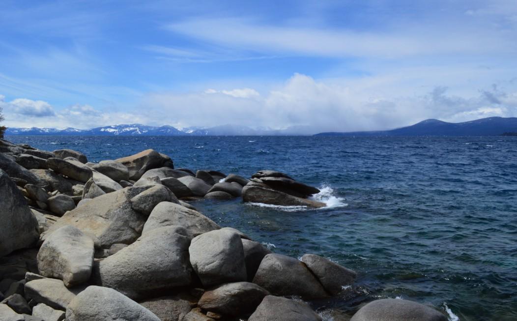 站巨石上看湖面,往北或往东远眺,美不胜收。