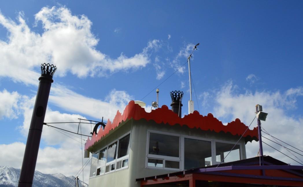 船行之湖中,在船上仰望天空,天蓝湖静。